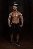Красивый мышечный человек с скача веревочкой стоковые фото