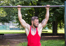 Красивый мышечный человек толстого куска внешний в парке города Стоковое Изображение RF
