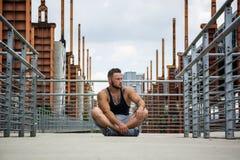 Красивый мышечный человек толстого куска внешний в установке города Стоковая Фотография RF