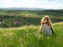 Красивый на верхней части холма, ветер дует ее справедливые волосы стоковая фотография