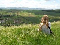 Красивый на верхней части холма, ветер дует ее справедливые волосы стоковые фотографии rf