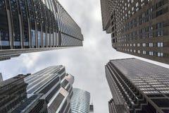 Красивый небоскреб достигая небо стоковые фото