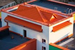 Красивый небольшой дом с оранжевой крышей Стоковые Фотографии RF