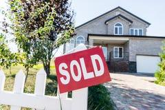 красивый новый дом с знаком продал смертную казнь через повешение стоковое фото rf