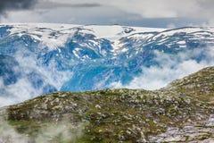 Красивый норвежский ландшафт с горами на пути к t стоковые фото