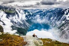 Красивый норвежский ландшафт с горами на пути к t стоковая фотография