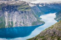 Красивый норвежский ландшафт с горами на пути к t стоковая фотография rf