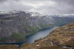 Красивый норвежский ландшафт с горами Стоковые Изображения RF