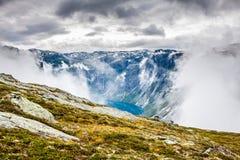 Красивый норвежский ландшафт с горами на пути к t стоковые фотографии rf