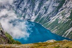 Красивый норвежский ландшафт с горами на пути к t стоковые изображения rf