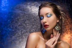 Красивый носить девушки серьги на красочном backgr фольги Стоковые Фото