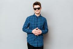 красивый носить солнечных очков человека стоковые фотографии rf