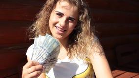 Красивый обмен вьющиеся волосы лета денег девушки сток-видео