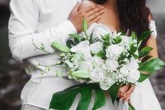 Красивый обнимать пар свадьбы стоковая фотография rf