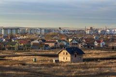Красивый одиночный дом кирпича рассказа семьи 2 под конструкцией Типичный новый дом в beind пригородов построенном с взглядом гор Стоковые Изображения RF