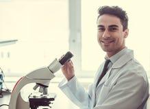 Красивый доктор в лаборатории стоковые изображения rf