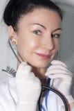 Красивый доктор с ее стетоскопом Стоковое Изображение