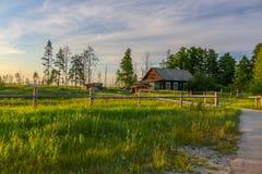 красивый дом в сельской местности на вечере лета Стоковые Фото