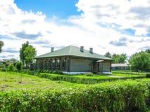 красивый дом в сельской местности на солнце утра лета Стоковое Изображение