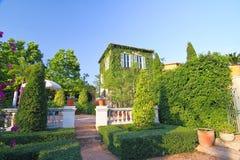 Красивый дом и голубое небо Стоковое Изображение