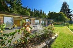 Красивый дом кирпича с подвалом и ландшафтом выхода Стоковое фото RF
