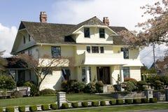 Красивый дом с дизайнами traditinal стоковое изображение