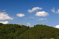 Красивый дом с оранжевой крышей на зеленом холме Стоковое фото RF