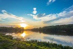 Красивый оранжевый заход солнца на реке Uvod 16 05 2018 в Иванове, Стоковая Фотография