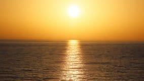 Красивый оранжевый заход солнца с морем в движении на крупном плане летнего времени Греция видеоматериал