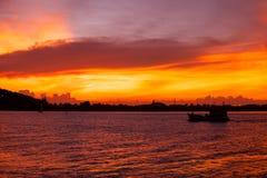 Красивый оранжевый заход солнца в море Стоковая Фотография RF