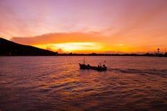 Красивый оранжевый заход солнца в море Стоковые Изображения RF
