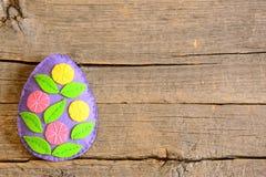 Красивый орнамент пасхального яйца войлока с цветками на деревянной предпосылке с пустым местом для текста Стоковые Изображения RF