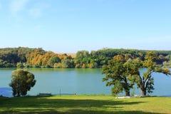 Красивый осенний ландшафт с озером и деревьями стоковое изображение rf