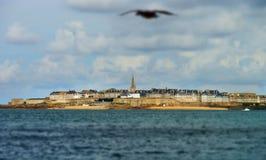 Красивый осенний взгляд st-Malo, старого города пирата Стоковое Изображение RF