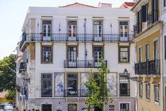 Красивый особняк в Лиссабоне с известными плитками Лиссабона на фронте - ЛИССАБОНЕ - ПОРТУГАЛИИ - 17-ое июня 2017 стоковое фото