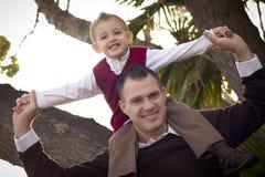 Красивый отец и сынок в парке стоковая фотография