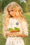 Красивый очаровательный длинный курчавый девочка-подросток белокурых волос нося a Стоковые Фотографии RF