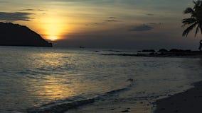 Красивый очаровательный заход солнца sae на пляже острова Phu Quoc стоковая фотография
