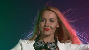 Красивый, очаровывающ, усмехаясь девушка dj в белизне сток-видео