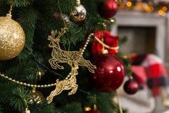 Красивый олень рождества забавляется, шарики и гирлянды вися на Chr Стоковая Фотография