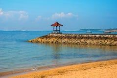 Красивый павильон газебо на пляже Benoa bali Индонесия Tanjung Benoa Dua Nusa стоковые фотографии rf