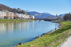 Красивый панорамный взгляд исторического города Зальцбурга с рекой в лете, Зальцбургом Salzach, землей Salzburger, Австрией стоковое фото