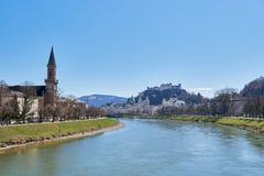 Красивый панорамный взгляд исторического города Зальцбурга с рекой в лете, Зальцбургом Salzach, землей Salzburger, Австрией стоковые фото