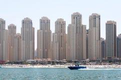 Красивый панорамный взгляд пляжа Марины Дубай с небоскребами на заднем плане в Дубай, ОАЭ Стоковое Фото
