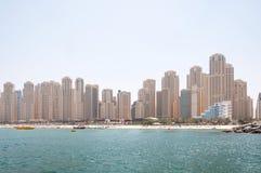 Красивый панорамный взгляд пляжа Марины Дубай с небоскребами на заднем плане в Дубай, ОАЭ Стоковое Изображение RF