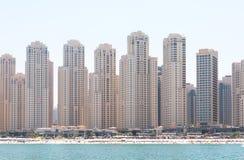 Красивый панорамный взгляд пляжа Марины Дубай с небоскребами на заднем плане в Дубай, ОАЭ Стоковые Фото