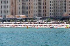 Красивый панорамный взгляд пляжа Марины Дубай с небоскребами на заднем плане в Дубай, ОАЭ Стоковая Фотография
