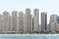 Красивый панорамный взгляд пляжа Марины Дубай с небоскребами на заднем плане в Дубай, ОАЭ Стоковые Фотографии RF