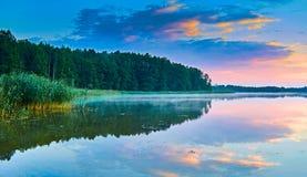 Красивый панорамный взгляд захода солнца над озером Lemiet в районе Mazury, Польше Фантастическое назначение перемещения Стоковые Фотографии RF
