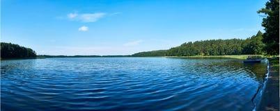 Красивый панорамный взгляд озера Lemiet в районе Mazury, Польше Фантастическое назначение перемещения Стоковые Фото